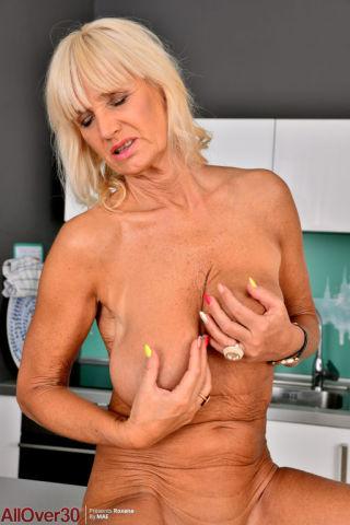 naked Roxana amateurs masturbation