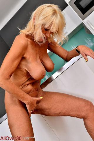 sexy Roxana amateurs masturbation