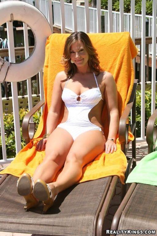 Bikini milfs Mariah, Kristen and Brianna have lez