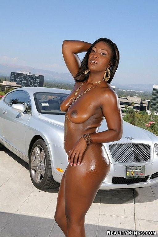 Sweet ebony girl Aryana Starr showing hot booty an