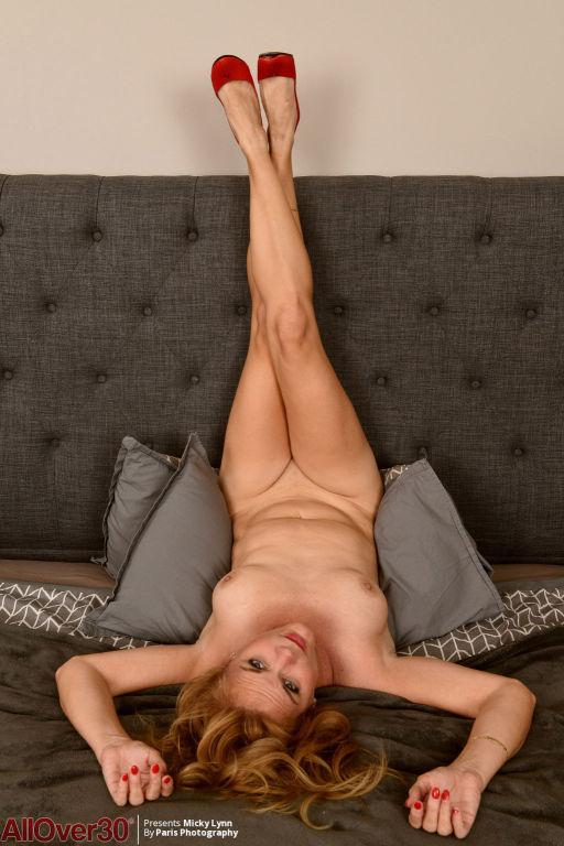 Nude horny mature posing in heels
