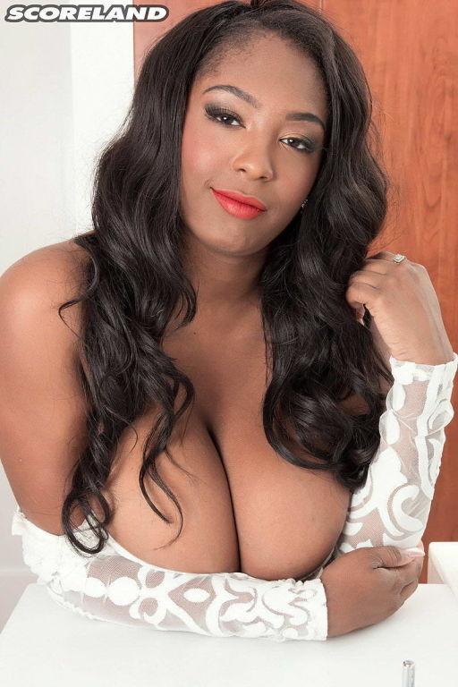 Black babe Rachel Raxxx washes her huge boobs