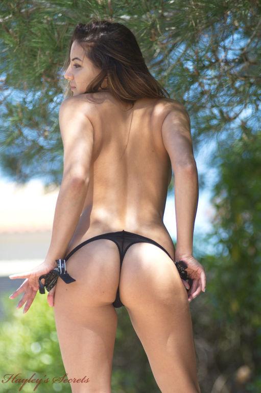 Leggy vixen takes off her jean shorts