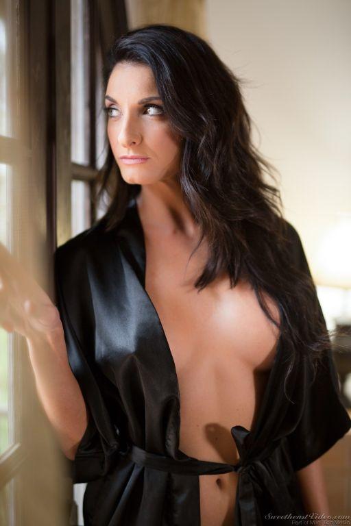 Hot MILF Silvia Saige shows