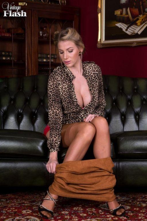 Danielle Maye spreads her longlegs in sexy nylons