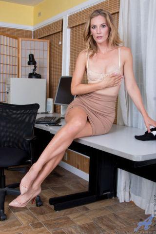 nude Mona Wales mature wife
