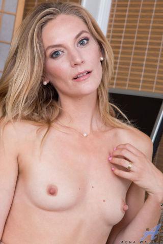 naked Mona Wales blonde mature