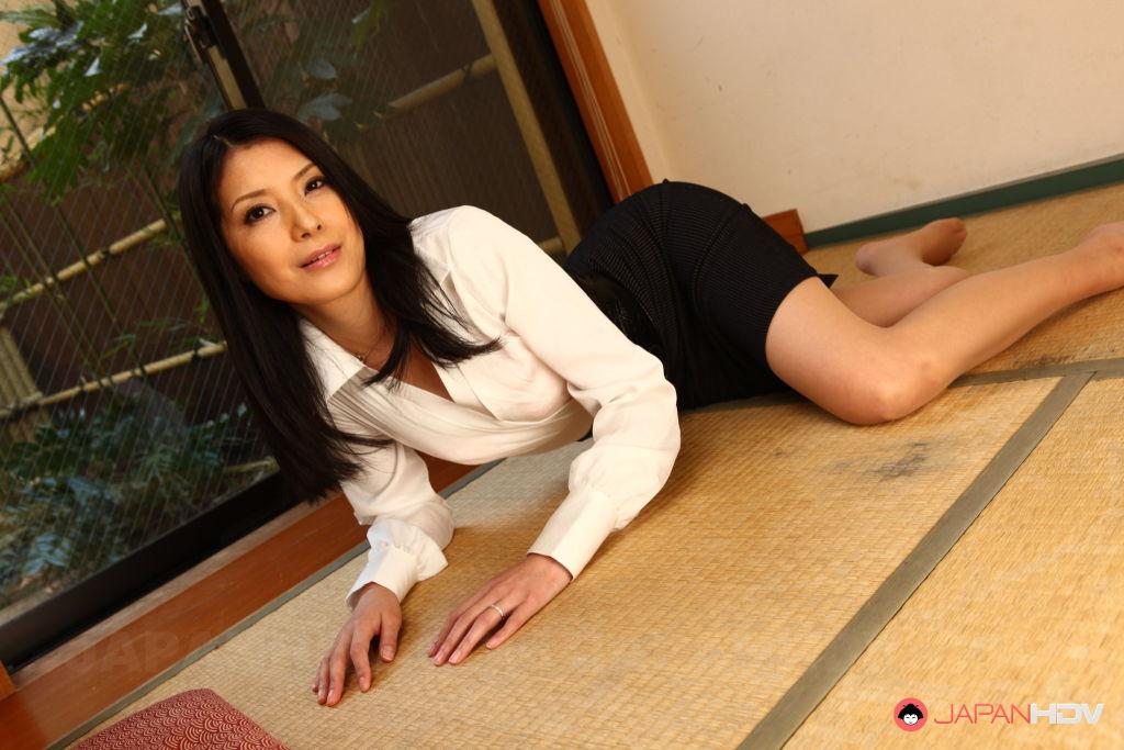 Horny MILF Kana Aizawa shows off