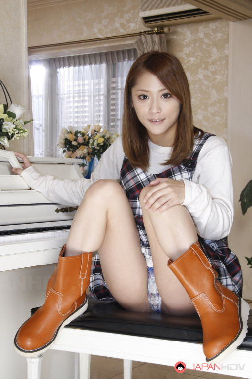 Sexy Shion Akimoto shows her body