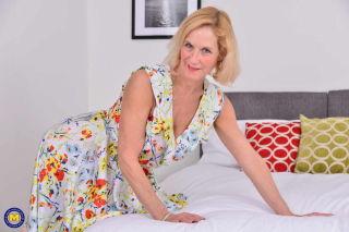 porn Molly Maracas stripping blonde