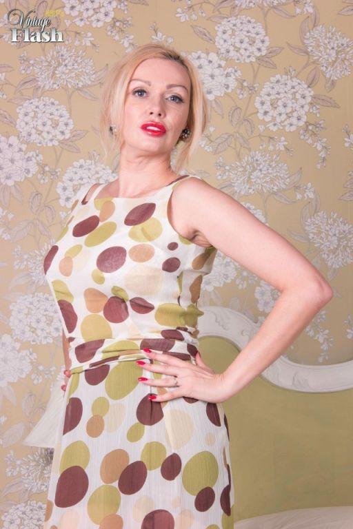 Amber Jayne loves true vintage FF coffee nylons