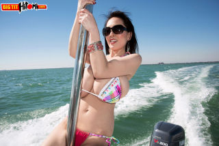 naked Hitomi outdoor bikini