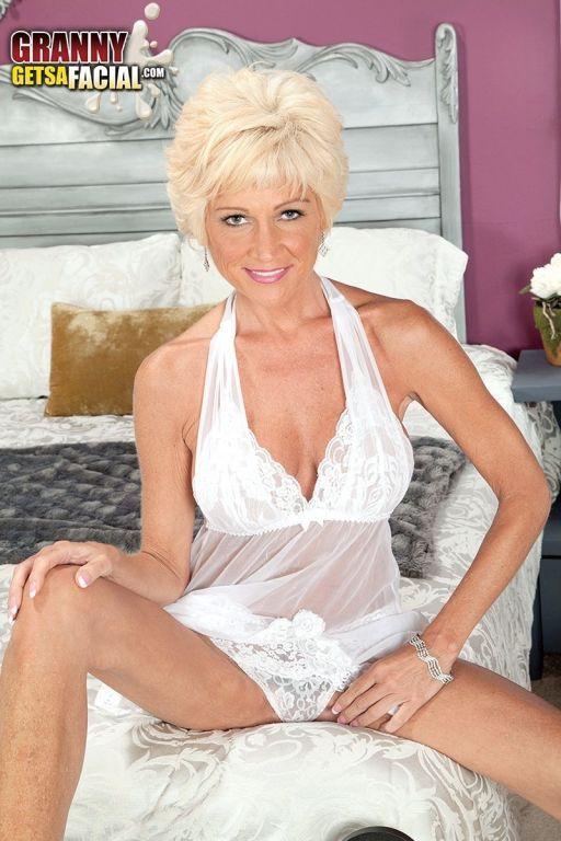 Blonde MILF Niki