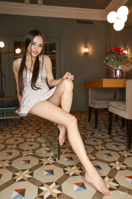 Long legged babe Li Moon spreading her cunt