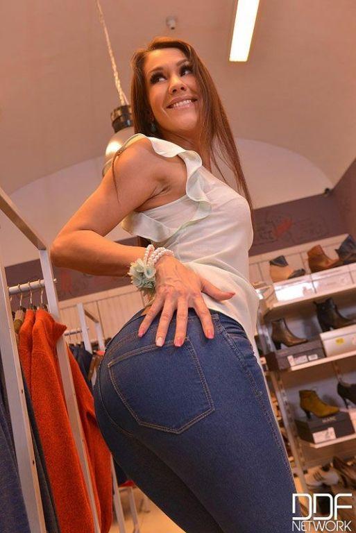 Samia Duarte fucks with guy in a boutique