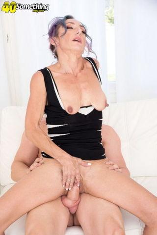 naked Sadie Sommerville -40 something mag wife