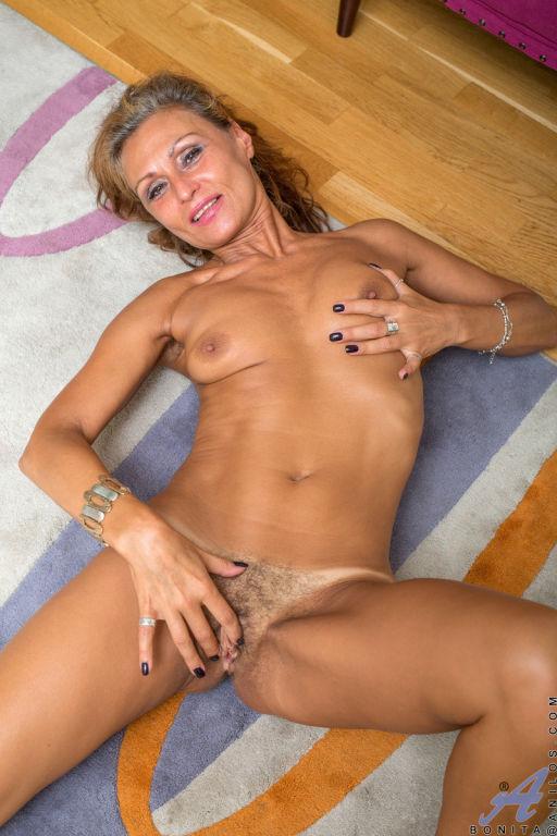 Bonita use its dildo in the scene Sexual Lady