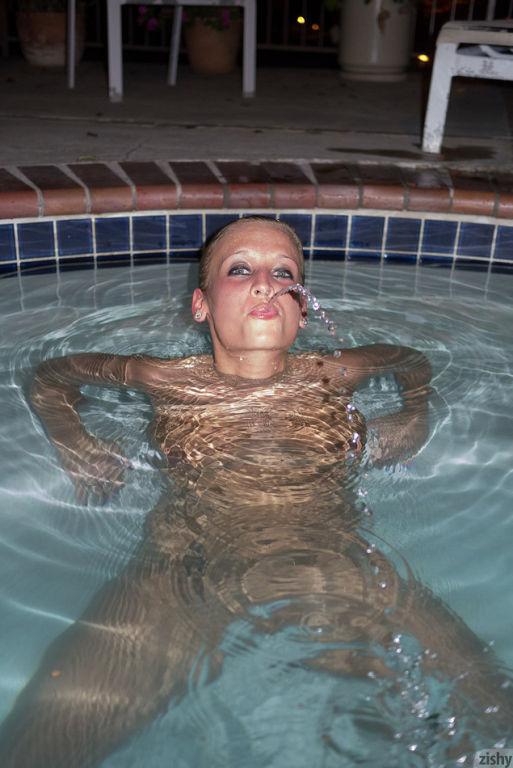 Alice Wonder spreading her big tits in bikini