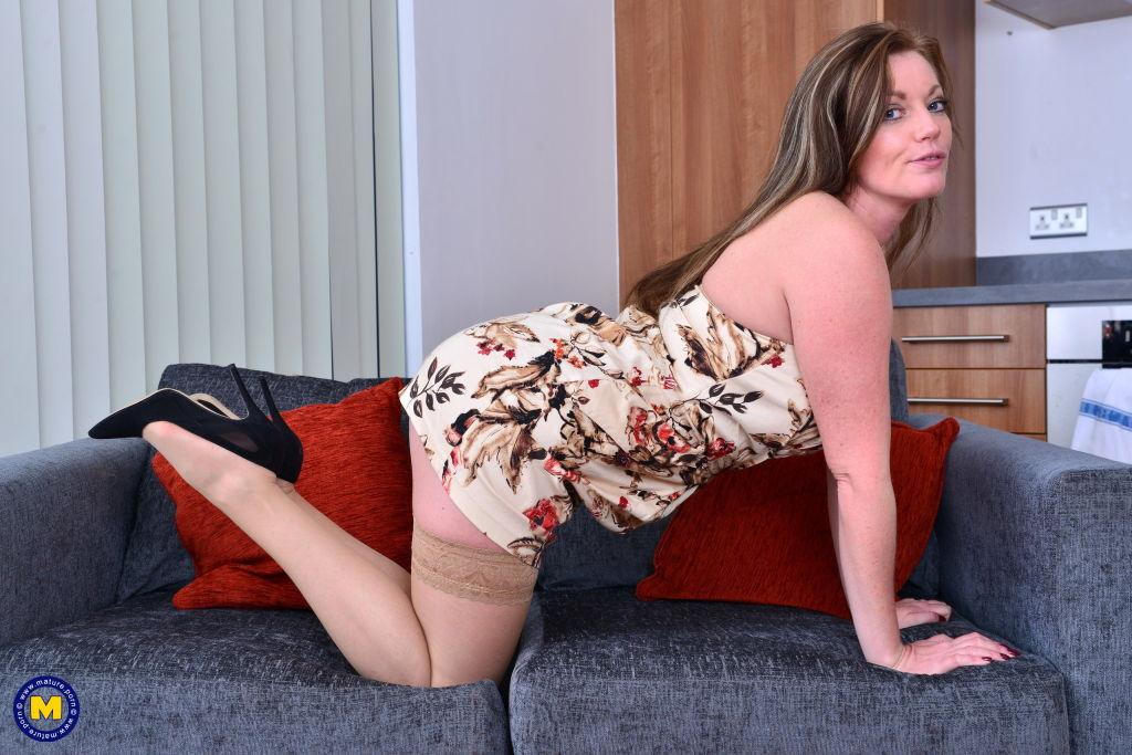 British MILF Holly Kiss feeling frisky