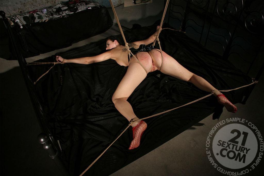 Порно ролики привязана голышом, в пизду запихнула шланг и включила смотреть онлайн