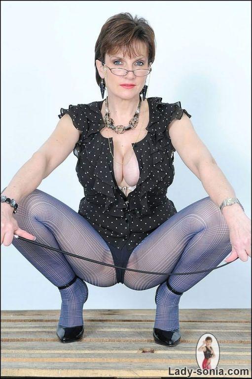 lady sonia upskirt