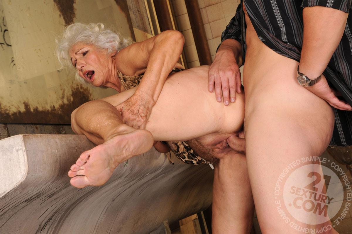 я трахаю бабушку