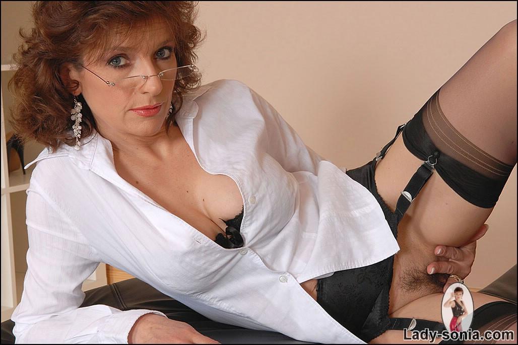 Lady Sonia Masturbates With Her High Heels Pichunter