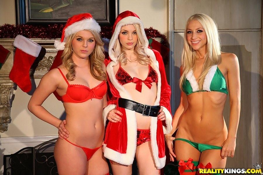 Lesbian Milf Seduce Threesome