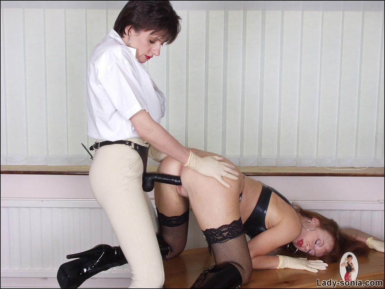 Teen Lesbian Strap Threesome