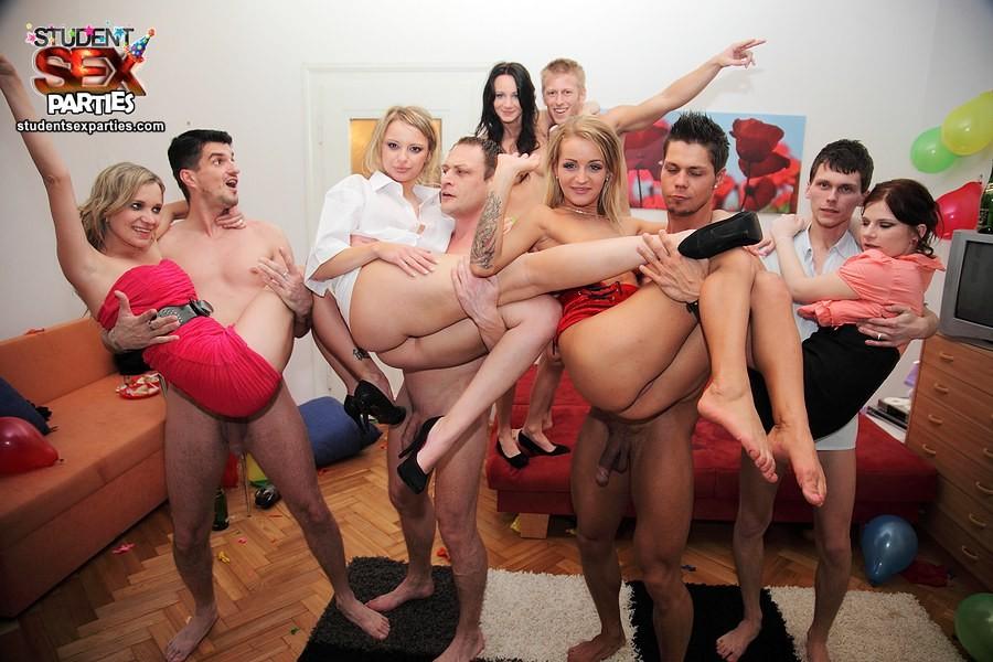 Видео студенческая вечеринка тортом сексом, полуголая девушка в кровати