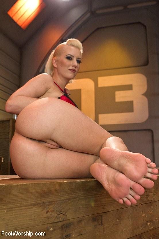Blonde feet fuck Cherry Torn Busty Blonde Dominatrix Is Feet Fucking Sexy Army Guy Pichunter