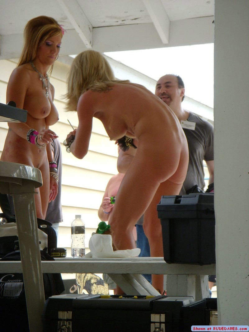 Women enjoy being naked in public - Pichunter