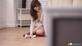 Downblouse Jerk    Amateurs    Living Room    Solo    Spy    Tease    Teen    Tits    Voyeur thumbnail
