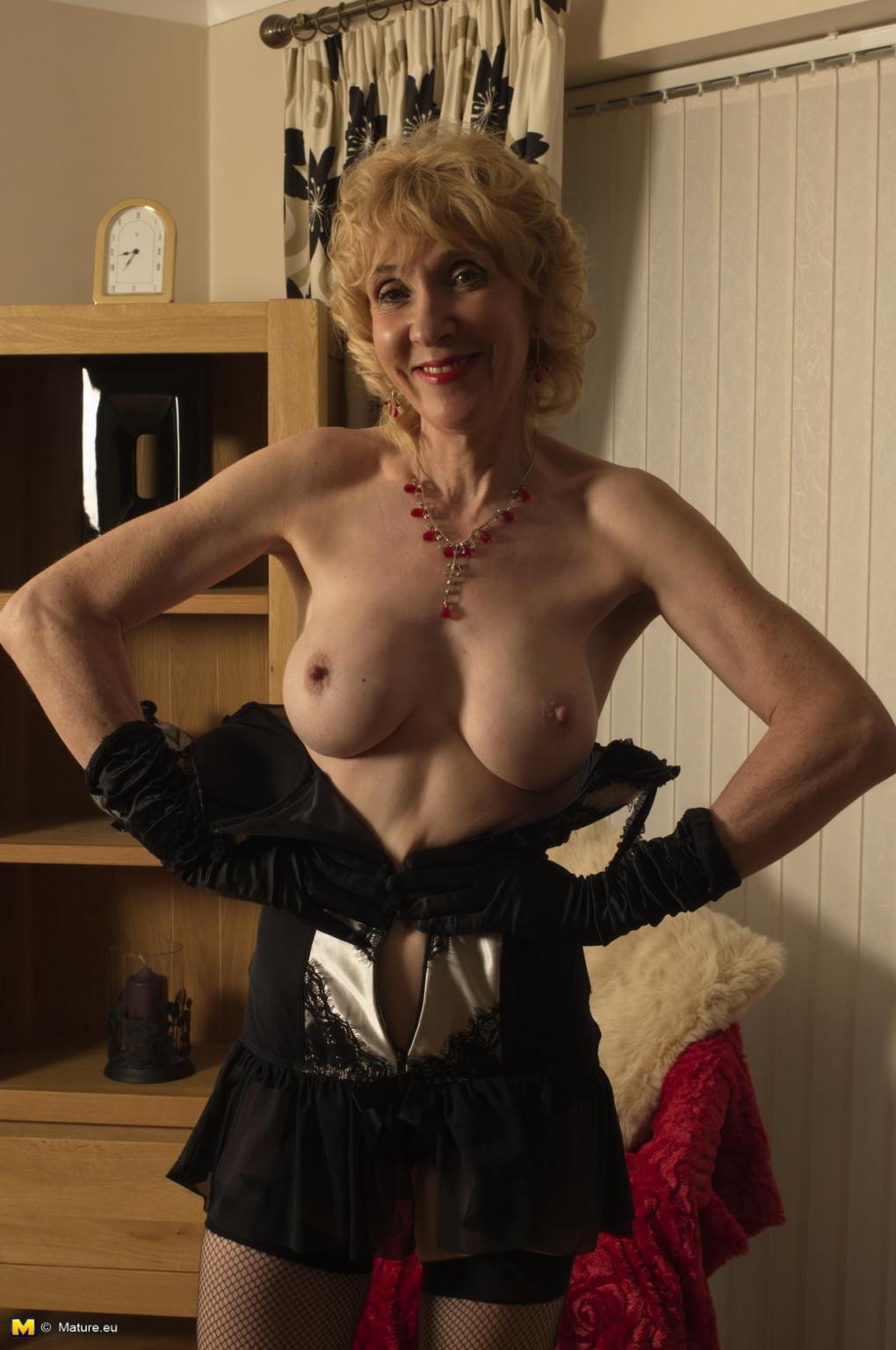 Gorgeous naked amateur milf