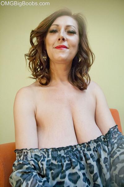 pretty amateur buxom nude