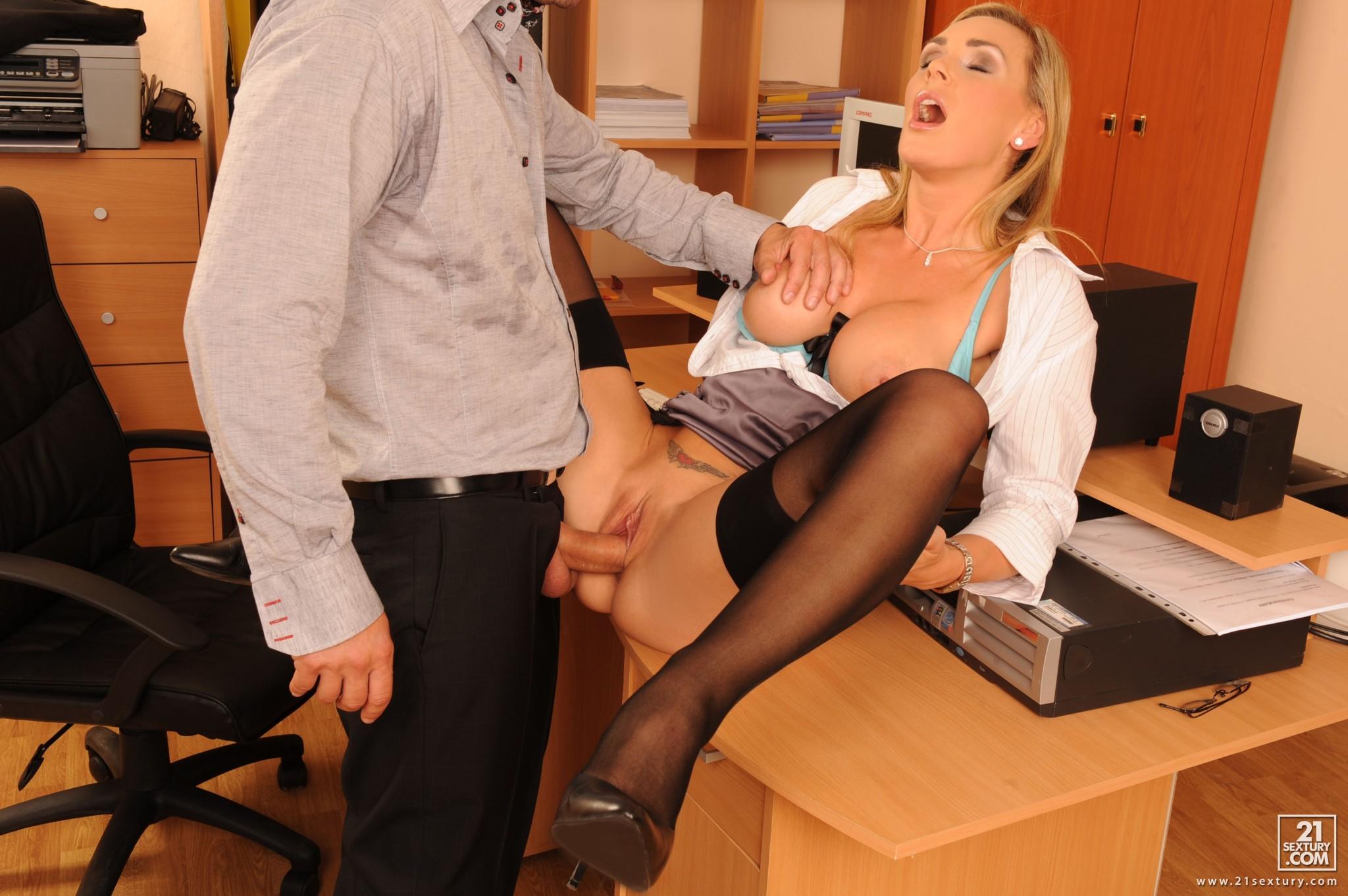 Программист в офисе сидел дрочил на порнуху и трахнул начальницу