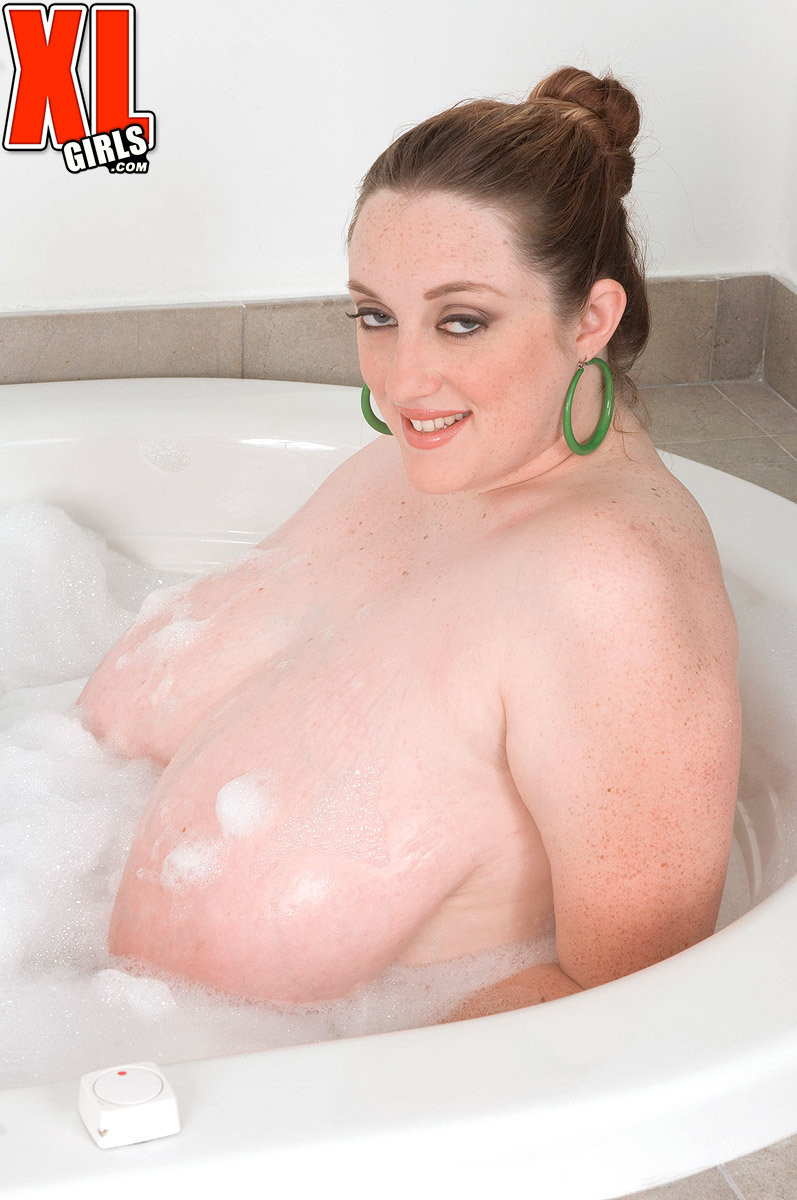 Plumper Alice Webb Boobs - Alice Webb showing her big tits and ass in a bath - Pichunter