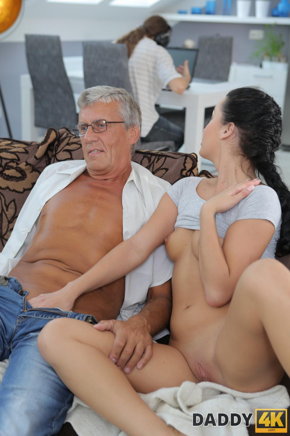 Daddy4k. masaje, entonces, sexo viejo y joven hace feliz a gf y padre.