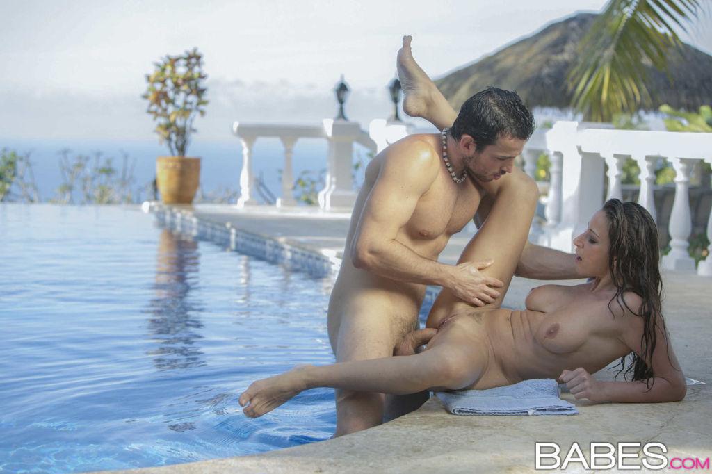 Секс в бассейне видео траханье в воде